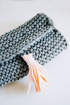 Perfect summer knitted clutch. FREE PATTERN. Check this easy tutorial to make a lovely summer accessory.