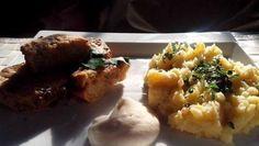 Karbanátky z kysaného zelí s bramborovou kaší a hořčičným dipem.
