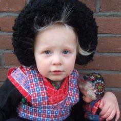 Dutch girl and doll from Staphorst Art Costume, Folk Costume, Costumes, Precious Children, Beautiful Children, Black Kids, Cherub, Animals For Kids, Folklore