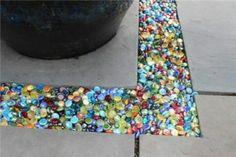 Colored glass instead of gravel in the garden or patio - DIY Gartendekor Dollar speichert Outdoor Projects, Garden Projects, Outdoor Decor, Diy Projects, Outdoor Ideas, Outdoor Living, Diy 2019, Diy Garden, Garden Ideas