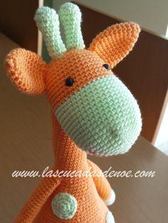 Visto de cerca ves como este #amigurumi te mira con la ternura propia de la #jirafa #tejida en casa jejeje. #giraffe www.lascucadasdenoe.com/cucadas/tejidas.html