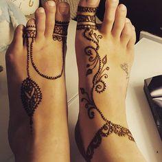 henna on foot Henna Hand Designs, Pretty Henna Designs, Modern Mehndi Designs, Henna Tattoo Designs, Henna Body Art, Henna Art, Henne Tattoo, Henna Style, Bridal Henna