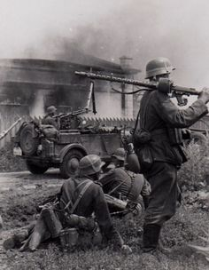 """Heer troops advance during the beginning of """"Unternehmen Barbarossa"""" (""""Operation Barbarossa""""). In the background a Kfz."""