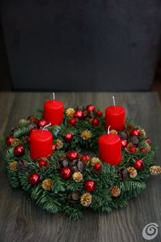 Večna redeča .... Christmas Advent Wreath, Xmas Wreaths, Christmas Time, Christmas Crafts, Christmas Decorations, Table Decorations, Holiday Decor, Advent Wreaths, Wedding Table