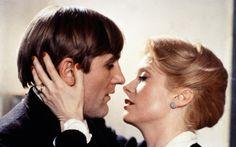 """""""L'ultimo metrò"""" (1980) di François Truffaut, con Catherine Deneuve e Gérard Depardieu http://www.nientepopcorn.it/film/le-dernier-metro/ Dopo """"Effetto Notte"""" (1973), il regista francese mostra un altro """"dietro le quinte"""", quello teatrale, raccontando una storia ambientata nella Parigi occupata dai nazisti."""