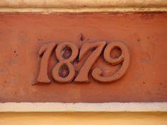 Cacería Tipográfica N° 304: Año de construcción 1879 tallado en una casona de la Calle Santo Domingo en el Centro Histórico de Arequipa.