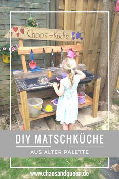 A slush kitchen from old palette is actually quite simple. A little DIY for a mud kitchen is a. Diy Mud Kitchen, Diy Kitchen Decor, Home Decor, Palette Diy, Pallets Garden, Backyard Fences, Diy Fence, Backyard Makeover, Diy Garden Decor