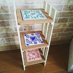 鍋敷きとすのこで作ったという棚です。 鍋敷きにタイルが埋め込まれているので、素敵なアクセントになりますね。 Magazine Rack, Diy And Crafts, Backyard, Wood, Creative, Pallets, Home Decor, Kitchen, Instagram
