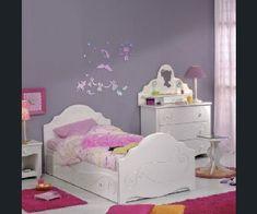 Une palette couleurs pour une petite fillette romantique. Une peinture parme assortie à son linge de lit, du rose fushia pour jouer sur les tapis et des meubles blancs parce qu'on est encore un peu bébé.