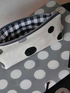 Zipper pouch tutorial (in French, but with step by step photos) Sewing Hacks, Sewing Tutorials, Sewing Projects, Zipper Pouch Tutorial, Neue Outfits, Couture Sewing, Diy Couture, Sewing Accessories, Bag Making