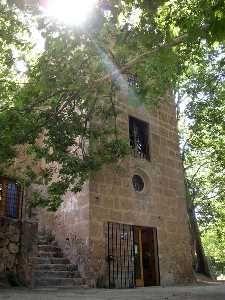Torre de los Templarios. Caravaca, Murcia. Planta cuadrangular, con un óculo sobre la puerta. Los muros son de sillería bien labrada con grandes vanos.