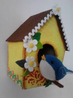 casa de papelão e passarinho em feltro
