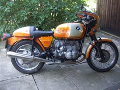nice sunset R90S. not sure why it has a 1000cc side panel decal..