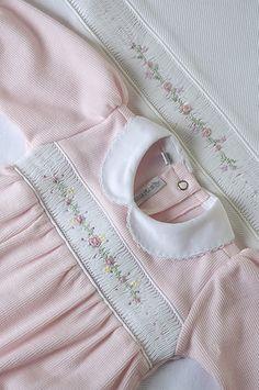Linha Maternidade: Macacão em soft rosa, com bordados na casinha de abelha, e manta para aquecer a princesinha que nasce! | Flickr - Photo S...