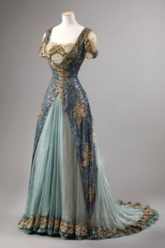 A delicate sequinned silk evening dress, the colours of a clockwork hummingbird in an Oscar Wilde fairytale, dusky blue and foam green, encrusted with gold, made in Paris in around 1905.pic.twitter.com/fMJzbQAoHz