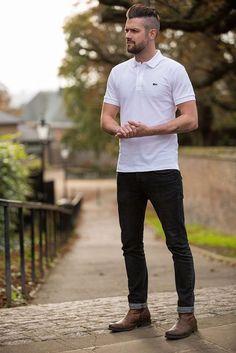 Um estilo básico com camisa polo branca e calça preta, mas que cria um visual excelente.