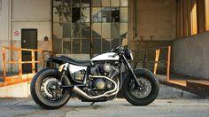 Ready? Yamaha XV950 #CafeRacer by Moto di Ferro. Muy guapa esta #Yamaha con un cambio brutal respecto a la original. El colín ha quedado de miedo   caferacerpasion.com