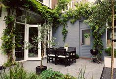 Ommuurde achtertuin bij nostalgische woning in Den Haag. Met [winter]groene beplanting en diverse terrassen. www.buytengewoon.nl