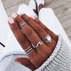 Nails in white gel: A range of ideas to adopt a very chic winter nail art - Women Style Tips Hand Jewelry, Cute Jewelry, Jewelry Rings, Jewelry Accessories, Fashion Accessories, Jewlery, Estilo Hippie, Piercings, Nail Ring