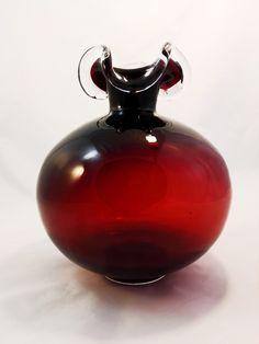 """Szklany wazon z pofalowanym wylotem wyprodukowany przez Hutę Szkła """"Tarnowiec"""" , szkło barwione w masie.…"""