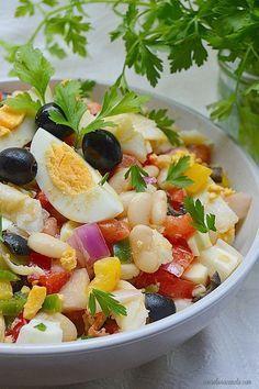 El empedrat es uno de los platos más conocidos y típicos de la cocina catalana. Consiste en una ensalada fría en donde destacan como princip...