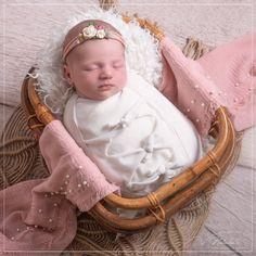 Nous avons accueilli une petite princesse au studio pour réaliser une séance photo naissance à Saint Maur des Fossés ! Saint, Studio, Little Princess, Photo Shoot, Baby Born, Studios