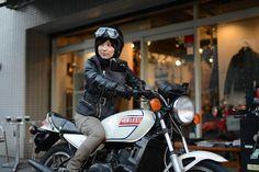 最近、女性ライダー増えましたね。で、彼女たちが気にしているのがウェア。 バイクに乗るなら格好良く乗りたい、っていうのは誰でも思いますよね。でもバイク用のウェアって、バリバリのライダーファッションみたいでちょっと抵抗がある、っていう人、多いわけです。 じゃあ普段着でいいじゃん、って思うんですけど、やっぱりバイク