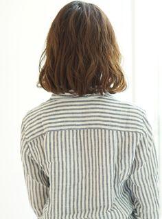 肩上の長めなボブスタイルです。全体にランダムなカールが出るようにパーマが掛かっているので、簡単にスタイリングが出来ます!