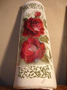 VIDA NO CAMPO VIDA FELIZ: TELHAS DECORADAS ARTESANALMENTE Decoupage Vintage, Decoupage Art, Tile Art, Clay Pots, Pillar Candles, Floral Tie, Painted Rocks, Diy And Crafts, Artsy