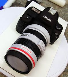 Camera cake tutorial (via Ink & Icing). Cakes For Men, Just Cakes, Fondant Cakes, Cupcake Cakes, 3d Cakes, Fondant Bow, Fondant Flowers, Fondant Figures, Mini Cakes