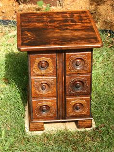Singer sewing cabinet drawers repurposed into a small chest of drawers. Sewing Machine Drawers, Sewing Machine Tables, Treadle Sewing Machines, Antique Sewing Machines, Sewing Tables, Sewing Cabinet, Cabinet Drawers, Small Furniture, Repurposed Furniture
