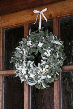 Winter White January Wreath   25+ Beautiful Christmas Wreaths