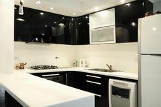 Cocina en blanco y negro. Muebles laqueados brillante. Mesada y revestimientos en corian. WhyNotArquitectura.com.ar