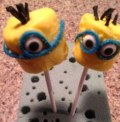 Minion marshmallow pops>>Dip the marshmallow in the yellow icing then decorate! :D