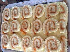 Mézes vaníliakrémes piskótatekercs, ez a finomság egyszerűen fenséges lett! - Egyszerű Gyors Receptek Onion Rings, Peach, Candy, Ethnic Recipes, Food, Essen, Peaches, Meals, Sweets