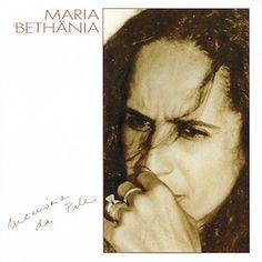 Fondamentalement, je ne suis pas un fan de l'oeuvre de Maria Bethânia que je juge globalement plutôt uniforme et consensuelle, sans grande aspérité et peu portée vers l'innovation. Memória da Pele (1989) est une très bonne surprise. Beaucoup de variété....