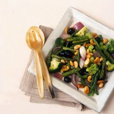 Ingredienti400 g di broccoli300 g di asparagi surgelati200 g di fagiolini surgelatiuna cipolla2 spicchi d