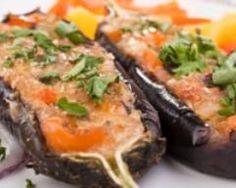 Aubergines au chèvre minceur      4 aubergines de petite taille     200 g de chèvre frais     400 g de chair de tomate en cube     thym, basilic, persil     2 c. à soupe d'huile d'olive     sel et poivre