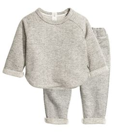 Light gray melange. BABY EXCLUSIVE. Sweatshirt and pants in melange sweatshirt fabric. Sweatshirt with long raglan sleeves with sewn cuffs, buttons at back