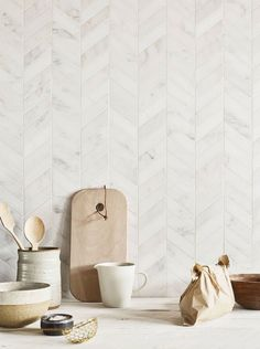 tiles Backsplash Classic marble gets an updated look with these gorgeous chevron Claybrook East Haven marble mosaics that are great on walls or floors. Tuile Chevron, Chevron Tile, Herringbone Tile, Chevron Kitchen, Chevron Walls, Chevron Floor, Kitchen Splashback Tiles, Kitchen Flooring, Kitchen Backplash
