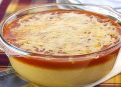 """Também conhecida como angu, a <a href=""""http://mdemulher.abril.com.br/culinaria/receitas/receita-de-polenta-cremosa-516349.shtml"""" target=""""_blank"""">polenta cremosa</a> pode ser feita com molho de tomate ou à bolonhesa."""