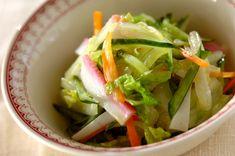 白菜を使う事でいつもと違った食感に。カマボコのピンク色が食卓を彩ります。白菜とカマボコの和風コールスロー[洋食/サラダ]のレシピです。 Cabbage, Vegetables, Food, Cabbages, Hoods, Vegetable Recipes, Meals, Brussels Sprouts, Veggies