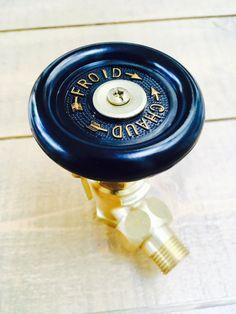 Sublime robinet de radiateur en fonte avec sa poignée en bakélite noire et typographie dorée. Il s'adapte sur tous les radiateurs en fonte. Vous n'avez plus qu'à faire un choix ! De matière : robinet nickelé ou en laiton 90€. Vous avez besoin d'un radiateur en fonte sur-mesure ? Contactez-nous! Lyonnaise, Upper Lip, Radiators, Green Colors, Over Ear Headphones, Sweet Home, Home Appliances, Vintage, Interior