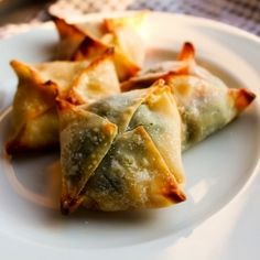 vegan ricotta, spinach, and pasta sauce wrapped up in a wonton for an easy to eat, on the go snack!