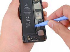 5. Sæt kanten af et plastikåbningsværktøj mellem batteriet og bagcoveret tæt på telefonens bund. Iphone, Usb Flash Drive, Samsung, Plastic, Man, Aperture, Usb Drive
