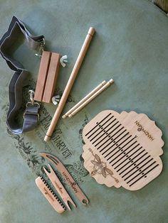 Ce métier à tisser de l'arrière de la sangle heddle rigide fait à la main est fixé à 6 se termine par pouce, vous pouvez donc utiliser des fils plus épais pour votre chaîne. Le heddle, navettes et serrure bande, peigne de chaîne sont fabriqués à partir belle merisier massif, sans contreplaqué a été utilisé. Le faisceau arrière tige et chaîne sont faits de chêne dur pour un bon maintien. C'est un métier à tisser backstrap complet et comprend un backstrap réglable qui se clipse sur la serrure ... Inkle Weaving, Inkle Loom, Weaving Tools, Card Weaving, Tablet Weaving, Weaving Art, Weaving Patterns, Finger Weaving, Rag Rug Tutorial