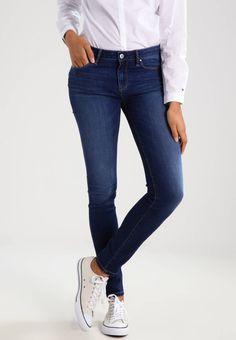 Tommy Hilfiger. ZOE - Jeans slim fit - denim. Avvertenze:Lavaggio a macchina a 30 gradi,Lavaggio delicato. Lunghezza interna della gamba:77 cm nella taglia 28x34. Composizione:91% cotone, 7% Poliestere, 2% elastan. Lunghezza della gamba estern...