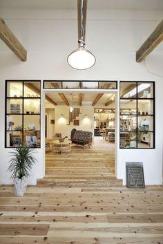 アイアンやモロッコタイルなど、インダストリアルテイストとジャンクなテイストを融合させた2階建て住宅