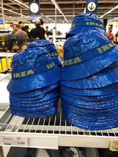 IKEA snuck in a blue bag hack of their own recently. In the form of a bucket hat. The cute KNORVA IKEA bucket hat is on a limited run in the US. Outfits With Hats, Cute Outfits, Bucket Hat Outfit, Mode Adidas, Parisian Girl, Estilo Indie, Look Girl, Indie Kids, Winter Mode