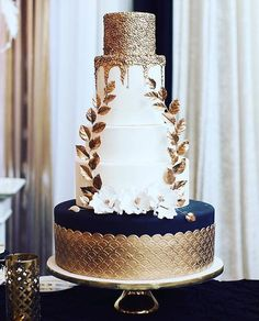 Gold tone always brings a glamorous and opulent feel, and this cake by @sweet.philosophy reflects just that. Love every elements incorporated in the design: from glitter to wreath accent, white flower to a hint of blue shade; all wrapped up into something elegant, modern, and posh for your dessert table. Double tap if you do love it too!  Cake @sweet.philosophy / Photography @rafaellafedrigo via @anettegz88